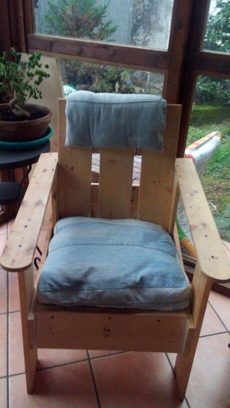 Poltrona con staccionata in legno cuscini con vecchi jeans