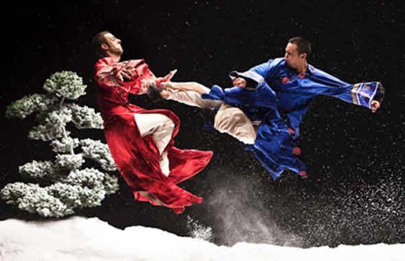 Nel panorama italiano delle arti marziali cinesi parlare di Kung Fu Tradizionale significa troppo spesso addentrarsi nei labirintici concetti di stile, forme, lineage, suddivisione di interno/esterno ed altre spirali semantiche che alla fine portano nello stesso punto dal quale sono partite.  Continua su http://www.kungfulife.net/blog/kung-fu-tradizionale-il-bello-dietro-la-forma/