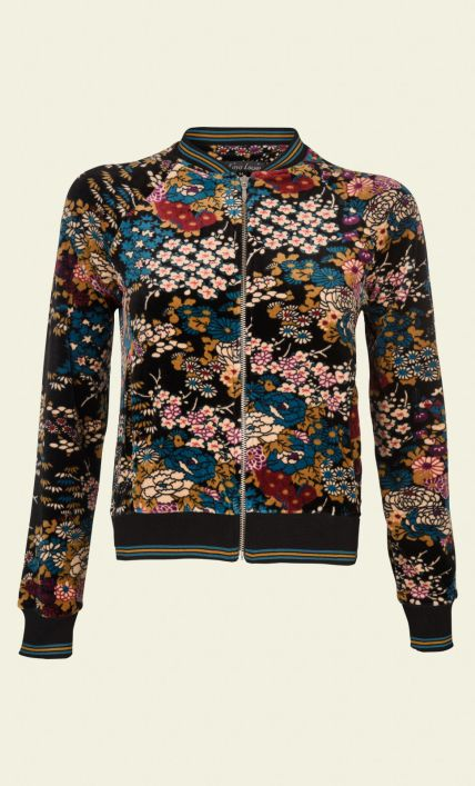 Dit comfortabele baseball jasje heeft een bijzondere Oosterse bloemenprint en is gemaakt van zacht velours. Dit jasje staat zeer goed op een strakke jurk in matchende kleuren, zoals donkerblauw of okerbruin. Een jasje met rits en steekzakken.