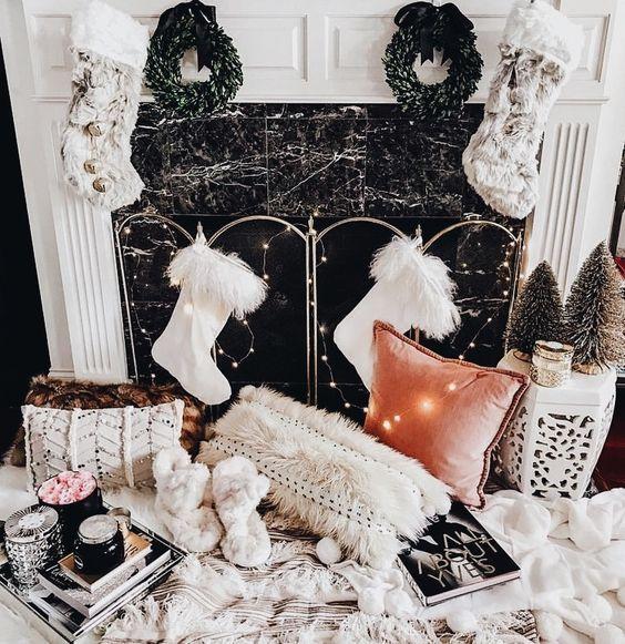 The cutest holiday fireplace! #foundonweheartit #happyholidays #christmas #holidays #winter #holidaydecor