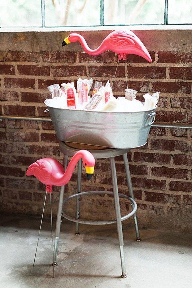 Guardiões de festa: A brincadeira com os flamingos não tem limites. Aposte em peças grandes e coloque os bichos como guardiões dos carrinhos de bebidas e comidas.