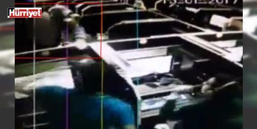 İnternet kafede garip olay: İstanbul'da Avcılar'daki bir internet kafede uykusundan bir anda zıplayan adam dükkanın içinde koşmaya başladı. Kafedekiler de ne olduğunu anlamayıp panikledi. O anlar güvenlik kamerasına böyle yansıdı.