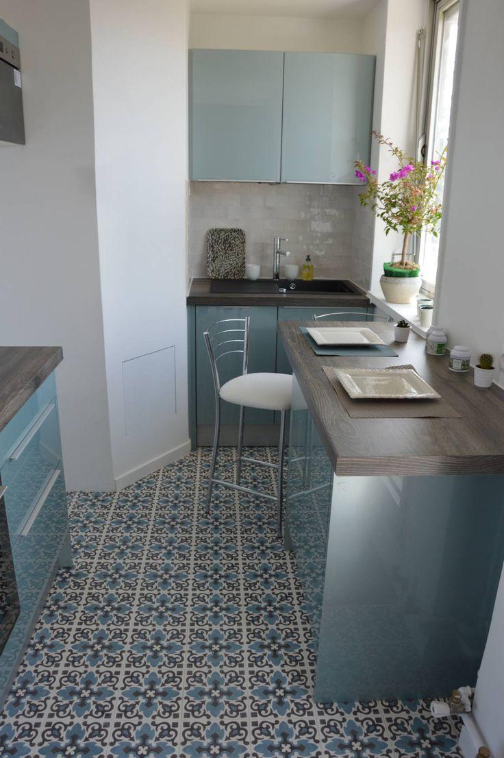 Cuisine bleu acier vintage carreaux de ciment : Cucina in stile scandinavo di Parisdinterieur