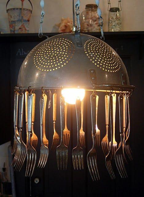 Réalisez une suspension de cuisine avec une passoire et des fourchette ! C'est l'idée déco du dimanche ! La lampe passoire Avec des objets récupérés, vous
