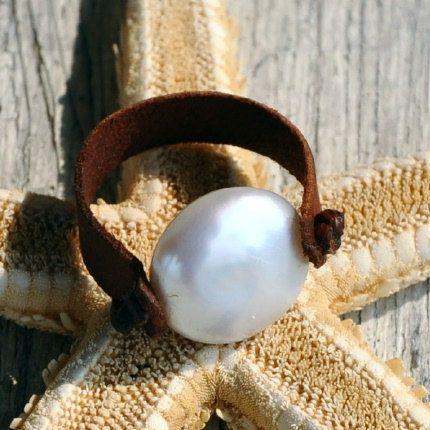 Moneda de la perla y el anillo de cuero por nicholaslandon en Etsy