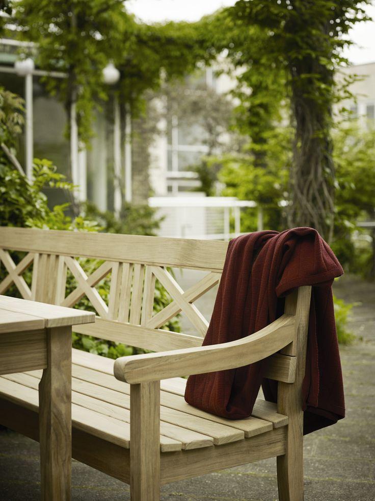 Banc en bois de teck DRACHMANN de @Skagerak idéal pour les petit déjeuner en terrasse. Apportez une note scandinave à votre jardin!