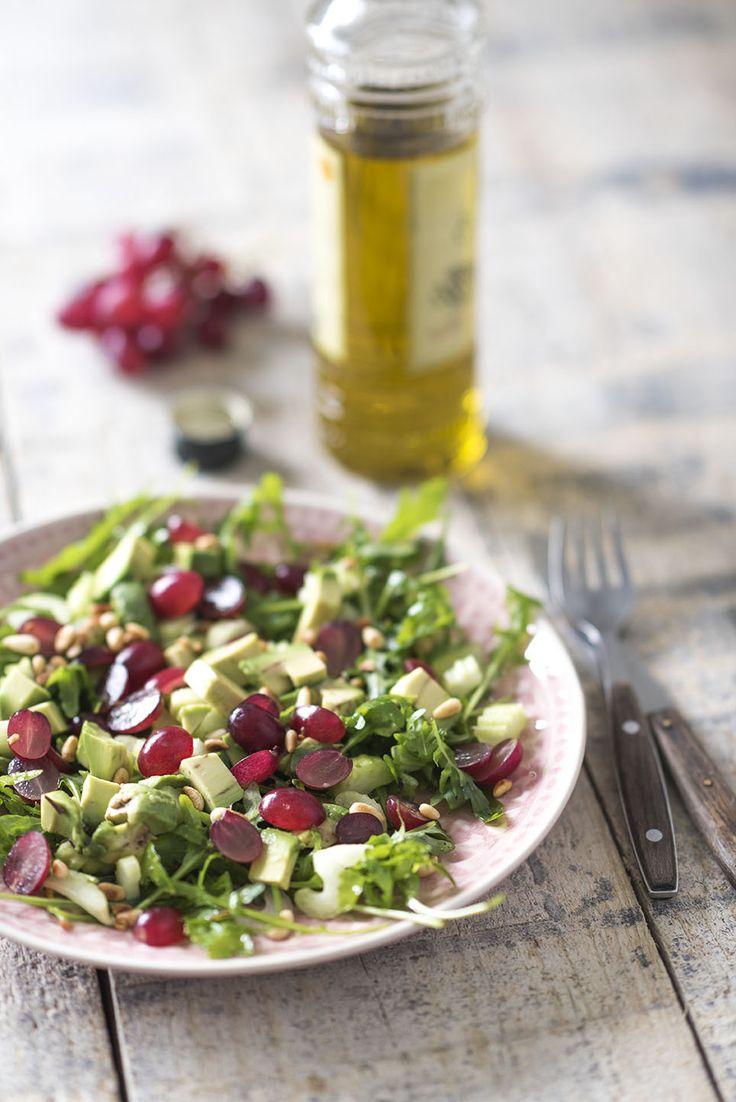 In deze salade met blauwe druiven combineren we ze met pittige rucola, romige avocado, bleekselderij en gebakken pijnboompitten. Super lekker en voedzaam