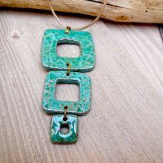 Pendentif femme original 3 carrés en terre cuite émaillée vert / bleu turquoise, sur cordon taupe, fait main