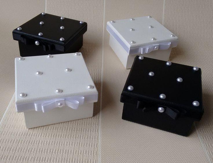 Caixa decorada  Pintura externa e interna nas cores preta ou branca  Fita de cetim contornando a tampa e laço frontal  pérolas brancas completam a decoração da tampa  dimensões da base = 8x8x5  dimensões da tampa = 9x9x1,6    ****Para quantidade maior que 12 peças, favor consultar o prazo de prod...