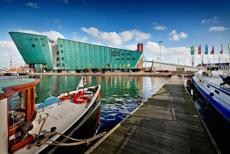NEMO is het grootste science center van Nederland. Voor iedereen die nieuwsgierig is! Vijf verdiepingen vol spannende, leuke doe- en ontdekkingen. Alles in NEMO heeft te maken met wetenschap en technologie. Tentoonstellingen, theatervoorstellingen, films, workshops en demonstraties. Je ruikt, hoort, voelt en ziet hoe de wereld werkt. Na je bezoek aan NEMO weet je waarom bruggen zo sterk zijn, hoe je er over dertig jaar uitziet, waarom je zoveel op je ouders lijkt, hoe je water zuivert, wat…