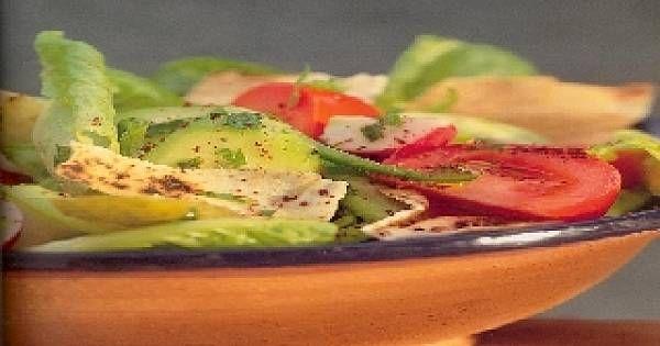 Nagrzac grill, kazdy kawalek pitty lekko posmarowac oliwa z oliwek.Ulozyc pitte na blaszce do pieczenia.Tostowac nasza pitte az bedzie brazowa i chrupiaca. Odlozyc na bok i pokruszyc nasza pitte na mniejsze kawalki-okolo 1-2 cm.Reszte skladnikow wylozyc do miseczki.Przygotowac dressing- mieszajac skladniki a