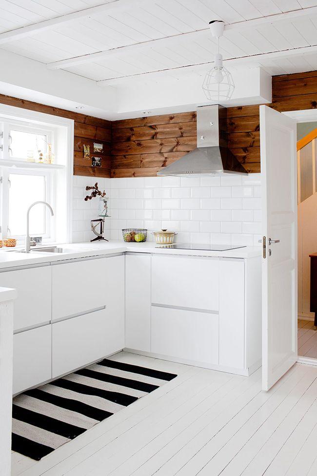 Terminamos la semana con una casa real PRECIOSA, súper inspiradora con una base nórdica en la que el blanco se funda en todas sus paredes d...