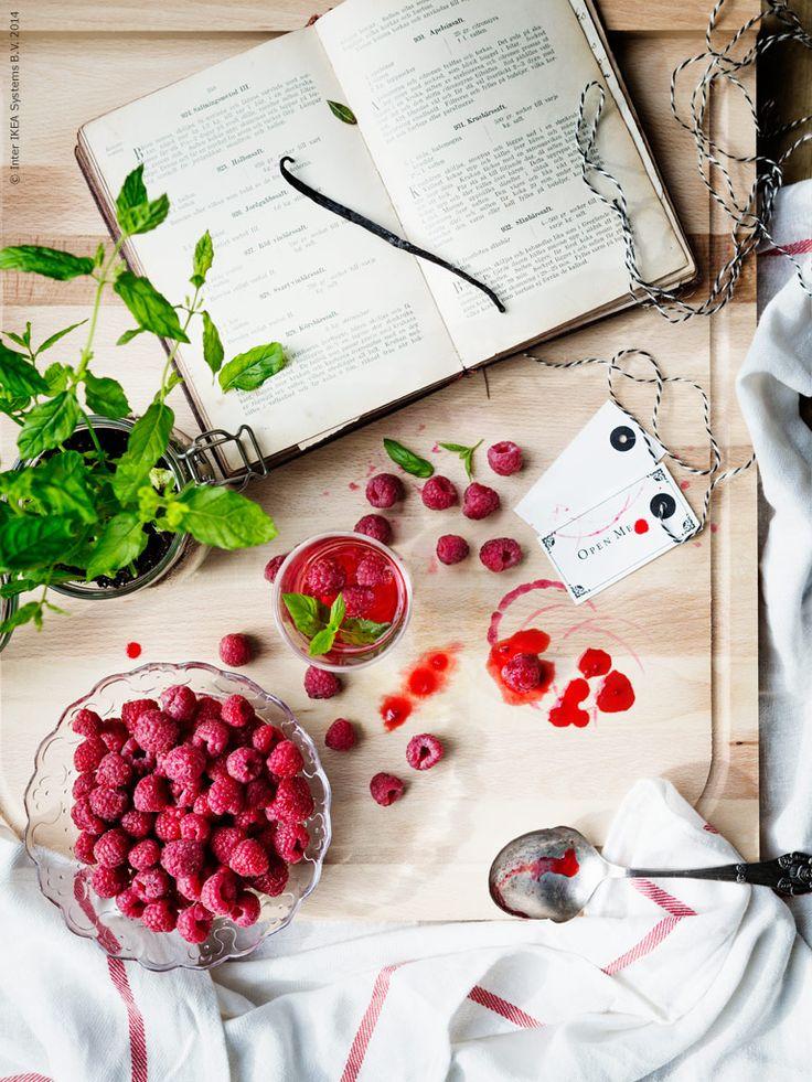 Finns det något mer somrigt än att skörda och koka sin alldeles egen hallonsaft? Här får du ett sött och svalkande recept för heta dagar och ljumma kvällar.