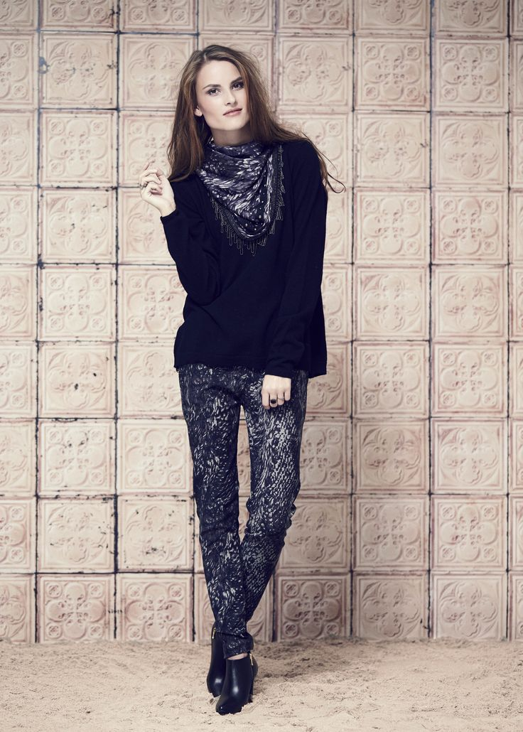 SWEATER · 330715 · Elisabeth · Black // PANTS · 960715 · Zelia · Abstract // SCARF · 260715 · Debra · Abstract