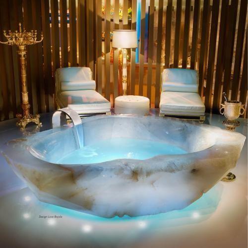 Eine riesige organische Badewanne, die aus einem e…