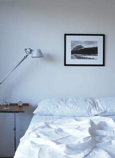 Minimalist bedroom by Alan Kaplanas