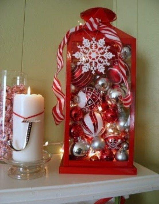 llena un farol con bolas de navidad de colores rojo y blanco como centro de mesa