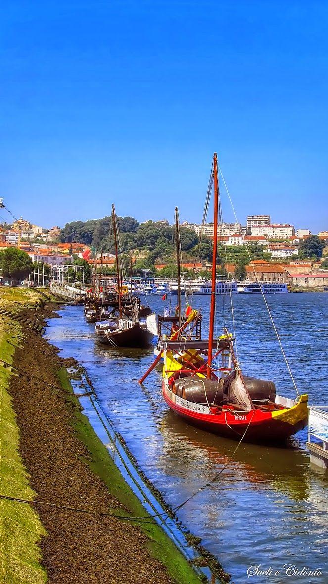 Barcos Rabelos no rio Douro, no Porto. Rabelos, eram os barcos que transportavam as pipas de vinho do porto, desde a Régua até aos cais de Vila Nova de Gaia,
