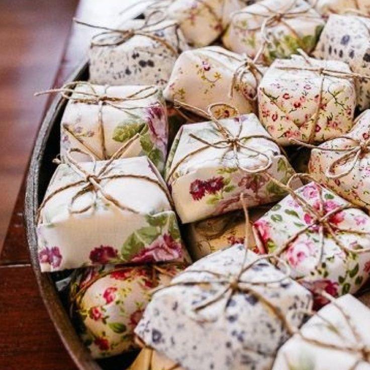 O Bem Casado é formado por duas camadas de pão de ló, um recheio cremoso e leva açúcar em cima.  Embrulhado em tecido custa a partir de R$ 2,50.