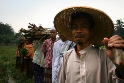 Cahaya di Kaki Ciwalang. Seorang petani miskin mendidik sekaligus menghidupi 130 anak dalam situasi yang serba terbatas. Berangkat dari rasa tak tega melihat ketidakpedulian akan pendidikan di desanya semakin meluas.