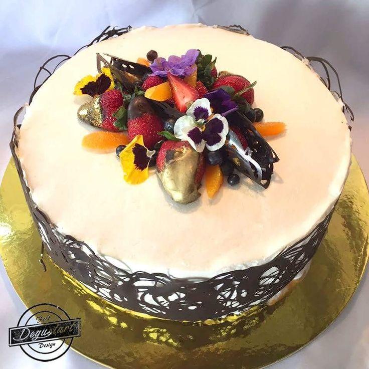 Torta de bizcocho amapola rellena de crema de frambuesa manjar y mermelada de frutos rojos   Hagan sus pedidos a degustartcotizaciones@gmail.com o através de nuestro fanpage.