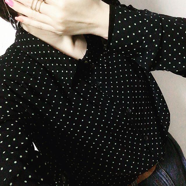 おはようございます😊 今日は寒い〜〜。 でもシースルーブラウス😆 いっぱい着込んでます(笑) ☆ ハイウエストマムジーンズとコーデ。 ☆ ☆ ヴィセのキラキラ〜なアイシャドウ使ってみました♡キラキラ復活らしいので購入してよかった😊👍🏻 ☆ ☆ 今日もがんばろ😉🎵 ☆ #コーデ#ootd#ファッション#fashion#プチプラ#プチプラコーデ#gu#forever21#ハイウエストマムジーンズ#ドット#水玉#ブラウス#シースルーブラウス#アクセサリー#イヤリング#指輪#ボブ#メイク#アイメイク#ヴィセ#エチュードハウス#セルフネイル#キャンメイク#ダイエット#痩せたい#セルフィー#selfie#自撮り