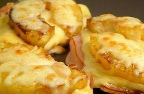 Pechugas de Pollo Hawaianas Ingredientes: 1 o 2 filetes de pechuga de pollo 2 lonjas de queso amarillo 2 lonjas de jamón 2 rodajas de piña natural (o en almíbar) 1 cucharadita de miel Queso rallado Sal y pimienta al gusto Aceite de vegetal Cómo hacer...