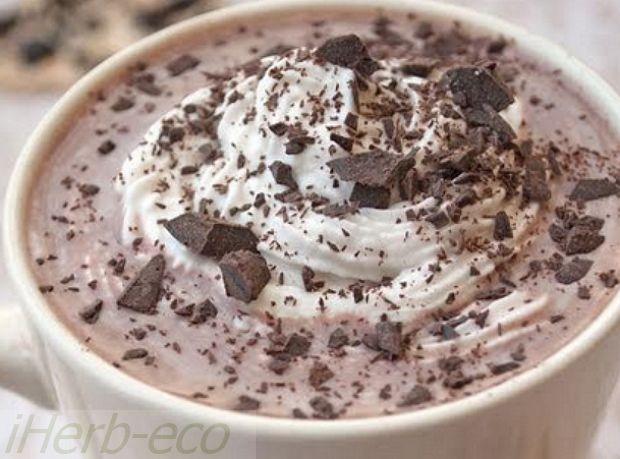 Какао-продукты рекомендуется употреблять людям, страдающим гипертонической болезнью, так как они обладают способностью понижать кровяное давление, благодаря обилию в них полифенолов.