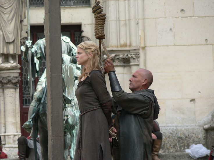 .Krina about to be hanged for treason and the murder of the king before Queen L has a change of heart and banishes her.
