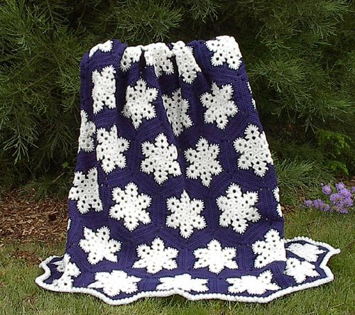 A free crochet pattern to make this beautiful snowflake throw