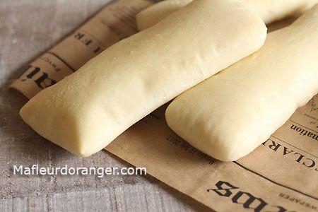 Gourmand, croustillant, pratique et facile .. On ne peut qu' aimer ce sandwich italien : panino. Je vous livre ici la recette pour préparer vos pains panini, vous avez par la suite le choix de la garn