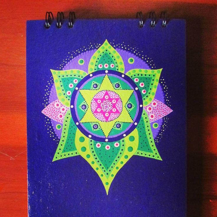Estrella verde.  .  .  #hechoamano #libretapintada #libretapintadaamano #calico #agendapintada #agendapersonalizada #calicolombia #artecali #libretapersonalizada #estrellamandala #agendamandala #gatosania