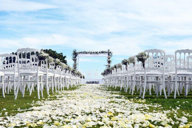 Voici la deuxième partie du très beau mariage de Sarah et Jordan que notre équipe a eu le plaisir de fleurir au Domaine des Moures. Un beau mariage juif pour lequel nous avons pris en charge la décoration florale de la cérémonie juive, du cortège, de...