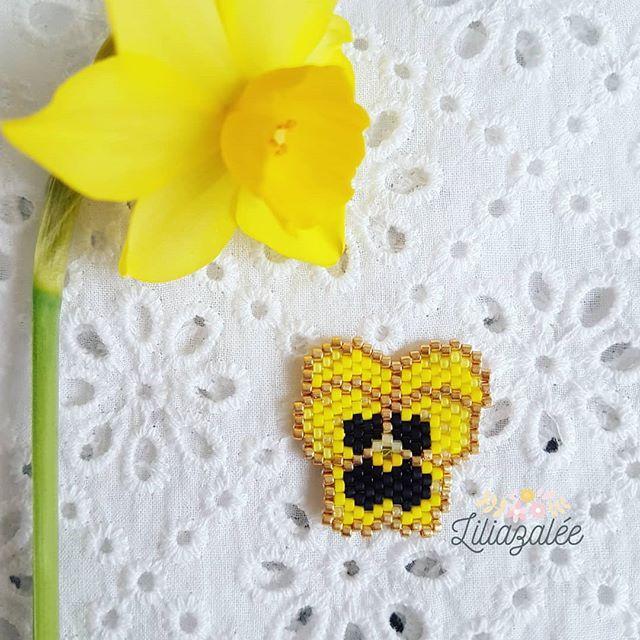Une petite fleur printanière pour une journée qui ne l'est pas...J'ai retissé ma pensée en jaune pour #50nuancesdejaunecontrelendometriose . Bravo @jai_laflem @chezmachinepatterns @artesane_paris @perlesandco .C 'est beau cette vague de jaune qui inonde Instagram Bon dimanche ! #jenfiledesperlesetjassume #miyuki #perlesandco #perlesaddict #diy #tissagedeperles #miyukibeads #motifliliazalee #lili_azalee #tissage #perlesmiyuki #handmade #brickstitch #fleur #flower #pensée #jetissecon...
