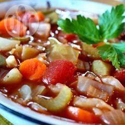 Deze heerlijke groentesoep bevat wortel, ui, tomaat, kool, paprika en selderij. Het *schijnt* dat je hier van afvalt. Ongezond is het in ieder geval niet! Je kunt groentebouillon gebruiken om de soep vegetarisch te maken.
