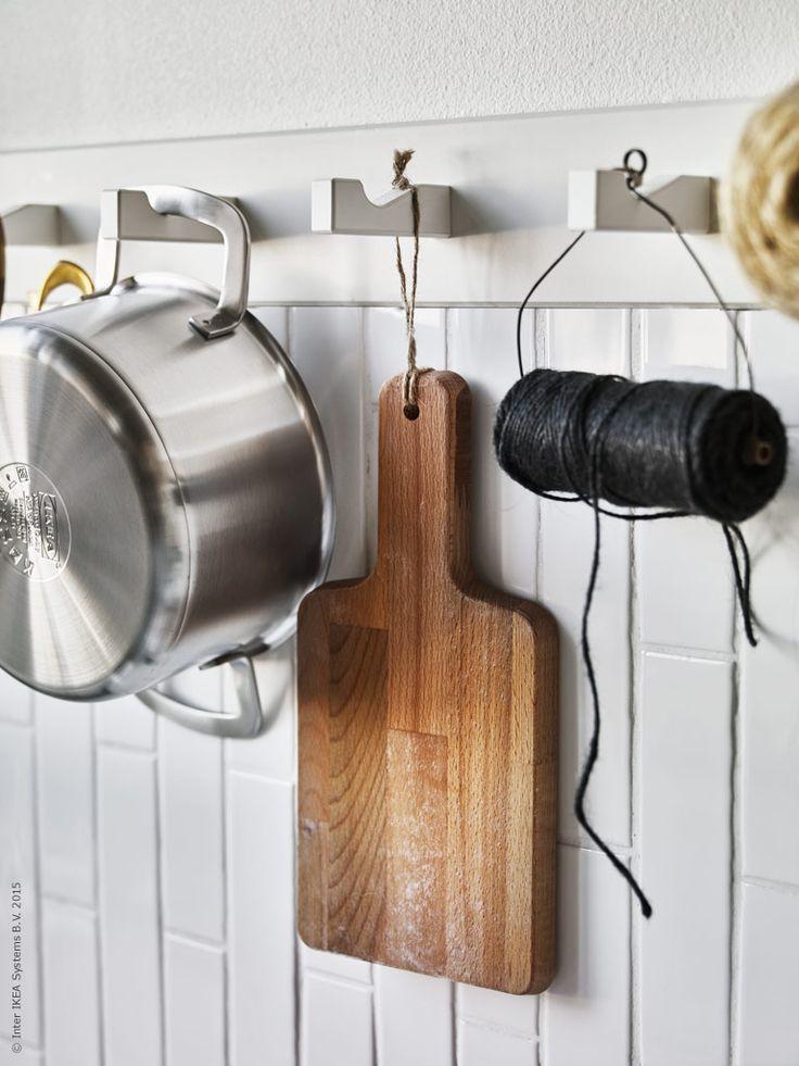 Grytorna ur serien IKEA 365+ har rejäla handtag som fungerar väl för upphängning på kroklisten KUBBIS. Skärbrädan PROPPMÄTT är upphängd i ett grovt jutesnöre för att bibehålla den naturliga looken.