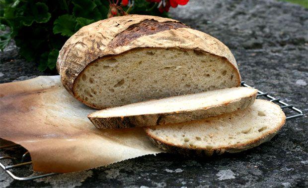 Surdegsbröd behöver inte vara krångligt. Det är så lätt att göra ett gott bröd. Man behöver bara lite vatten, mjöl, salt och surdeg.