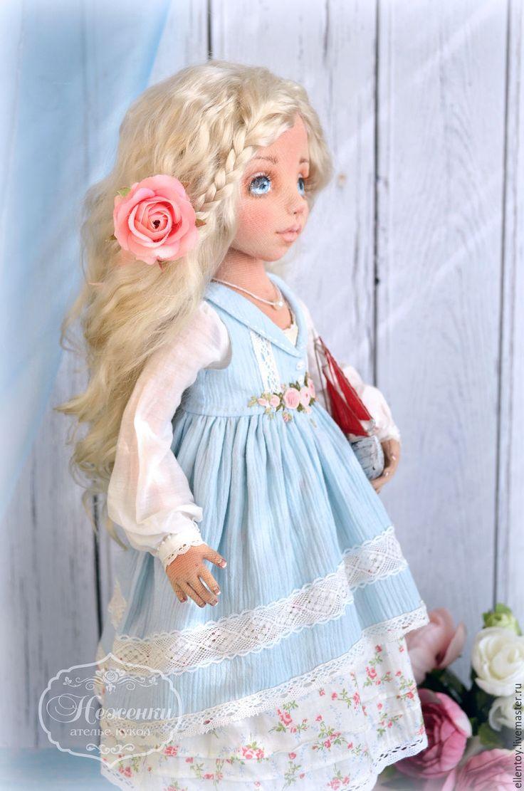 Купить или заказать Юная Ассоль, текстильная коллекционная авторская кукла в интернет-магазине на Ярмарке Мастеров. Юная Ассоль, чистая душа, верит в мечту и любовь. '...Ты будешь большой, Ассоль. Однажды утром в морской дали под солнцем сверкнет алый парус. Сияющая громада алых парусов белого корабля двинется, рассекая волны, прямо к тебе...' (А. Грин) Коллекционная текстильная кукла Ассоль создана для украшения интерьера, для тех, кто продолжает верить в сказки, в чудо, и остается в...