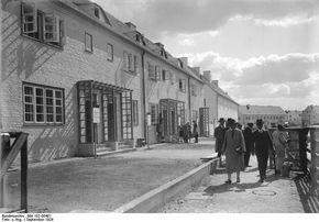 Eine Mustersiedlung von 35 Wohnhäusern mit 120 Wohnungen, wurde in Berlin-Zehlendorf nach den modernsten Grundsätzen erbaut. Die Mustersiedlung wird allen am Bauwesen und an der Besiedlung interessierten Kreisen zugängig sein. Blick in eine der Strassen der Mustersiedlung mit den neuzeitlichen Zweckbauten. Berlin, 1928. o.p.
