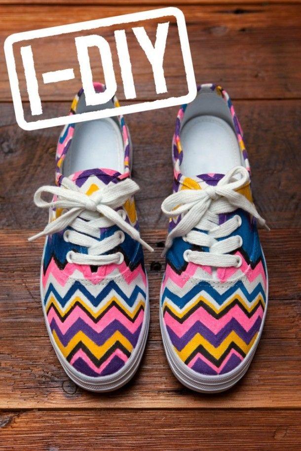 Witte schoenen met textielstiften leuk maken! (Zie ook het Shoe Craft bord)