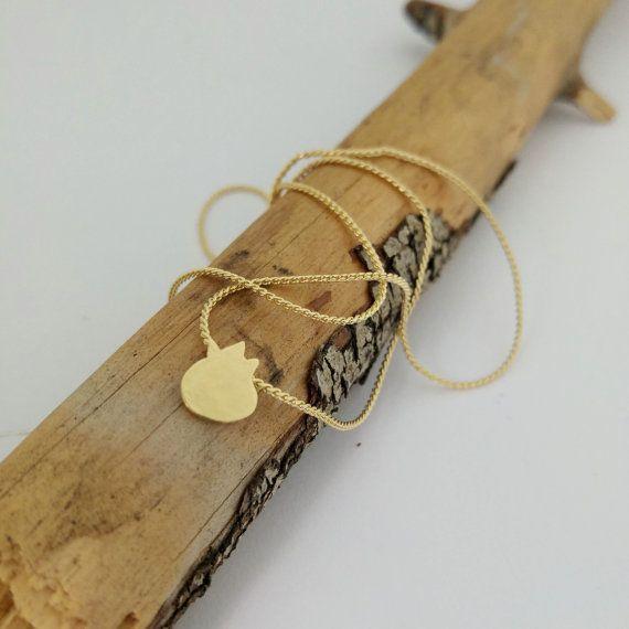 Deze ketting goud granaatappel zullen de grote gift voor Rosh HaShana, Perfect voor dagelijks gebruik. Gemaakt van 18K verguld. Uit mijn natuurlijke collectie  In de joodse traditie de granaatappel is een van de Heilige zeven soorten en symboliseert overvloed en vruchtbaarheid, schoonheid en wijsheid.  Gratis verzending uit Israël opgenomen.  Lengte: 43cm/17 inch  diameter: 0.8cm/0.3   Granaatappel oorbellen kun je zien:  http://etsy.me/2cRF0qL  http://etsy.me/2d1A6YO  http://etsy.me/2cMJPTD…