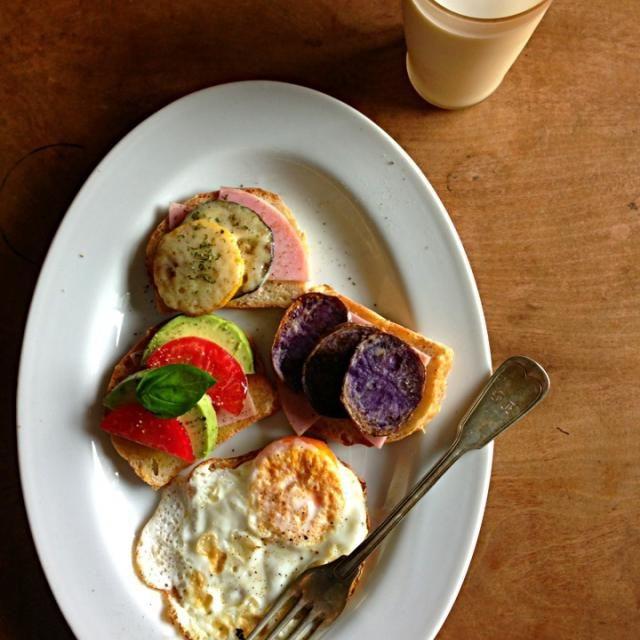 ダークシャドウっていう、メイクイーンの紫のじゃがいも。 黄色と緑のズッキーニに、アボガドとトマトとバジル。 夏色の朝ごはん^ ^目玉焼きは失敗したので両面焼きに〜 - 127件のもぐもぐ - オープンサンドの朝ごはん。 by ツル