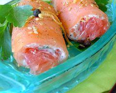 Roulés de saumon au pamplemousse et fromage frais : http://www.cuisineaz.com/recettes/roules-de-saumon-au-pamplemousse-et-fromage-frais-60695.aspx