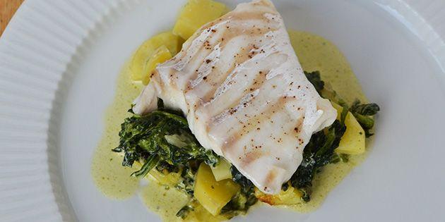 Perfekt tilberedt torsk med kartofler, spinat og flødesauce.