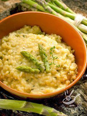 Irresistibile questo Risotto agli asparagi e crema di formaggio tutto vegano, dal gusto delicato e avvolgente. Guarnitelo con foglioline di timo fresco!