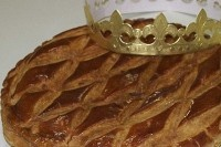 Recette de Galette des Rois - Typical French Puff Pastry Tart Recipe http://www.frenchtoday.com/blog/recette-de-galette-des-rois-typical-french-puff-pastry-tart-recipe #french #food #pie #culture