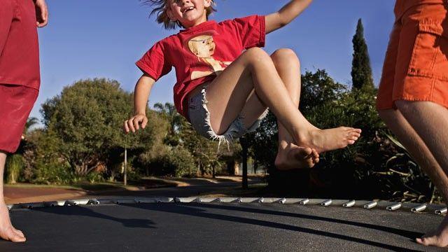 Giochi sul trampolino elastico