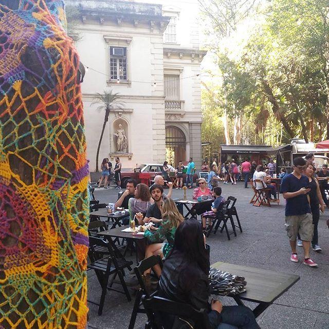 Vem almoçar com a gente aqui no nosso espaço gastronômico! Temos mais de dez opções de food trucks para você escolher. Depois conheça o trabalho dos mais de 40 lojistas criativos que estão aqui com a gente! #foradesérie #bazarforadesérie #criatividade #arte #foodpark #evento #Higienópolis #bazar #feira #crochê  Estamos na Av. Higienópolis, 18 em SP. Ficaremos por aqui até 22h!