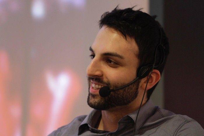 """Och i år 2014 har vi glädjen att gratulera Hassan Alavi, bibliotekarie på Kista bibliotek. Han vinner med motiveringen: """"För hans skickliga och orädda sätt att koppla ihop det nya biblioteket med lokala fysiska och digitala communities i syfte att etablera bibliotek som en både fysisk och digital plattform för debatt och synliggörande av Järvas synliga och osynliga hjältar och förebilder."""""""