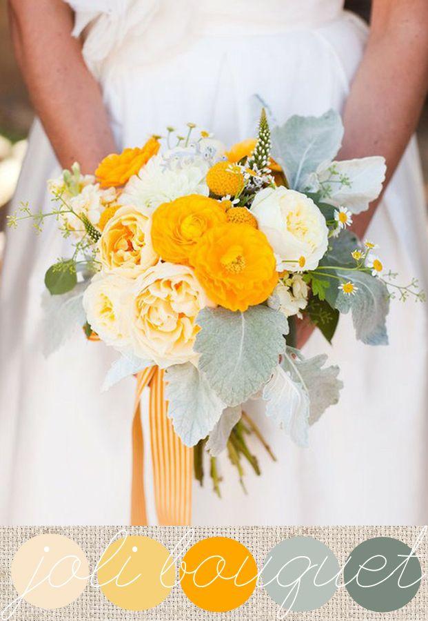 Cinéraires, renoncules, roses anciennes,pâquerettes, craspédias et lysmachia pour ce bouquet solaire joliment enrubanné, parfait pour une mariée fun et pétillante à souhait!